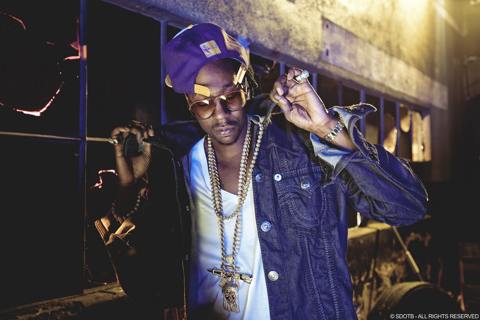 2chainz-gold-chains-jesus-piece-rifle-piece