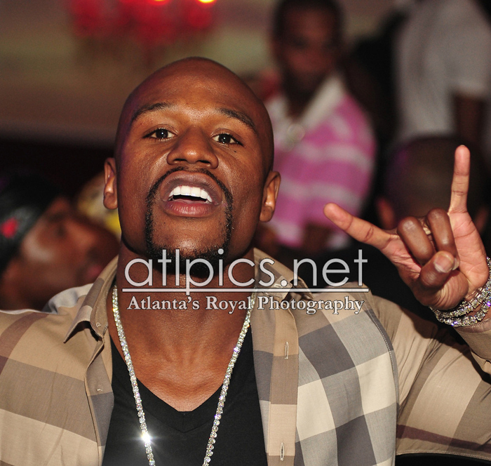 floyd-mayweather-burberry-shirt-iced-out-dog-tags-gucci-belt-splashy-splash-9