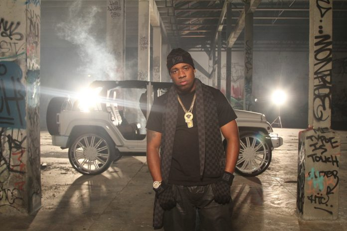 yo-gotti-louis-vuitton-petit-damier-hat-scarf-gloves-iced-out-gold-bars-chain-check-videoshoot-rolex-day-date-ii